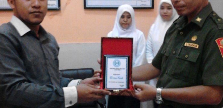 Penyerahan Sekolah PPL Terbaik oleh Ka. Unit Micro & PPL